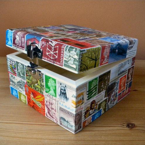 Ar pastmarkām aplīmēta koka dārgumu lādīte